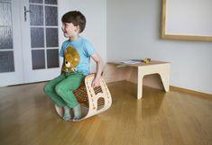Tuumo & Mobii è un set di mobili per i bambini che iniziano la scuola elementare, progettato per facilitare la transizione dal gioco alla sc...