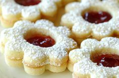 Raspberry Linzer Cookies Recipe and Tutorial : raspberry linzer cookies Cookie Table, Cookie Desserts, Cookie Recipes, Dessert Recipes, Xmas Cookies, Yummy Cookies, Sugar Cookies, Heart Cookies, Raspberry Linzer Cookies Recipe
