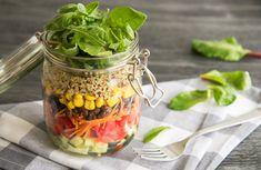Deze koolhydraatarme salad in a jar heeft Mexicaanse invloeden: mais, peulvruchten en vaste groenten. Salad In A Jar, Couscous, Vinaigrette, Avocado, Mango, Vegetables, Food, Mexican Slaw, Canning Jars