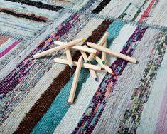 Tapis #Patchwork Emine Le bleu indigo est une couleur qui attire indéniablement l'attention. Mettez de cette couleur dans n'importe quel tapis et il ne passera pas inaperçu. Et dans l'Emine, le résultat est époustouflant ! Tous nos tapis Caput sont fabriqués de manière à capter l'attention. Ils sont composés à 70 % de coton, à 15 % de poils de chèvre et à 15 % de laine. Tout le monde va adorer celui-ci ! #sukhi #tapis #decoration #multicolore
