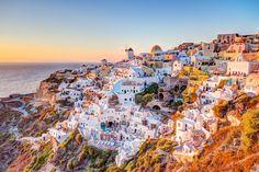 Fira e Oia (Grécia) - A ilha de Santorini é conhecida pelos pitorescos vilarejos brancos que foram c... - Shutterstock