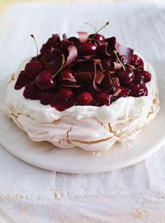 Informal supper , dinner party , posh coffeetime or Sunday lunch dessert Ricardo's recipe: Black Forest Pavlova Just Desserts, Delicious Desserts, Dessert Recipes, Yummy Food, Party Recipes, Pavlova Cake, Meringue Pavlova, Meringue Food, Ricardo Recipe