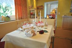 Genieße ein Abendessen in eleganter Atmosphäre. Table Settings, Food Dinners, Ad Home, Place Settings, Tablescapes