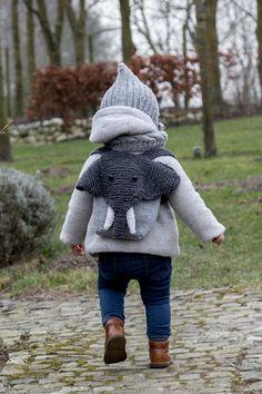"""Heute gibt esein neues """"Maschenwerk"""" für Euch. Diesmal ist es nicht von meiner Freundin Christel, sondern von meiner allerliebsten Schwester. Pinterest ist eine ganz großartige Inspirationsquelle und dort hatte ich irgendwann im letzten Jahr einen supersüßen gestrickten Kinderrucksack in Elefantenform gesehen. Leider ohne Anleitung bzw. irgendwieaus Übersee und nicht nach Deutschland lieferbar und deshalb für …"""