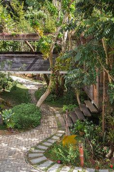 Com 330 m², casa na serra se integra à natureza e tem telhado incomum