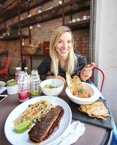 Santo Pão | Almoço super agradável no @sto.pao, não sei como ainda não conhecíamos 😍. Além do lugar ser muito charmoso, a comida é deliciosa! Bebemos os sucos detox e provamos os pratos do menu @mahamudrabrasil . Pedi o salmão tataki em crosta de chia com arroz integral e legumes, o Rodrigo provou o tartare de salmão e spaghetti Mediterrâneo, feito com abobrinha e cogumelos. Muito bom! Tem mais detalhes no Snap 👻 Frangocbd #fcbdnostopao #stopao #frangocombatatadoce