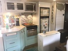 65 Best Travel Trailers Remodel for RV Living Ideas - Earlier than you begin reworking your motorhome, know what you need after which create a plan in your residing space that's primarily based on the perfect use of the area. Best Travel Trailers, Travel Trailer Remodel, Camper Trailers, Camper Hacks, Rv Hacks, Rv Travel, Travel Trailer Living, Travel Trailer Decor, Life Hacks
