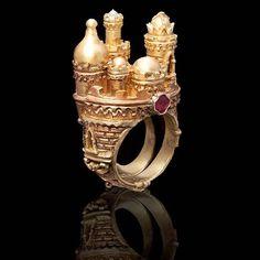 Alessandro Dari: Il guardiano dell'anima (The guardian of the soul). Collezione del 1998, Firenze. ======> Courtesy of @alessandro_dari_gioielli #alessandrodari #voplus #voplusmagazine #goldring #florence #italiangoldsmith #goldsmith #florencejewellery