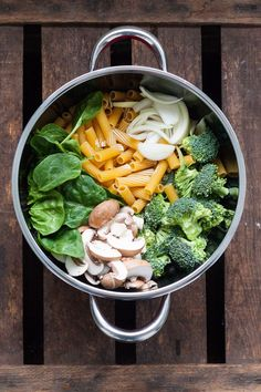 One Pot Pasta Primavera - Fast and incredibly tasty - Cooking carouselOne pot pasta primavera. All you need for this recipe is a saucepan and nine ingredients. A must for every pasta lover - Pasta Primavera, One Pot Meals, Easy Meals, Pasta Recipes, Dinner Recipes, Vegetarian Recipes, Healthy Recipes, 15 Minute Meals, One Pot Pasta