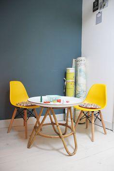 leuke gele stoeltjes met een moderne tafel om aan te zitten met slecht weer. eventueel kun je de poten van de tafel en stoelen nog wit schilderen.
