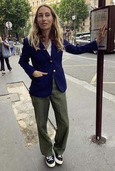 Minimalist Fashion, Cool Photos, Khaki Pants, Street Style, Paris, Instagram, Essentials, Khakis, Montmartre Paris