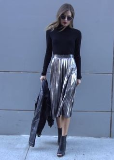 46 The Best Metallic Skirt Outfit For Fall Look Glamour Metallic Skirt Outfit, Pleated Skirt Outfit, Silver Skirt, Skirt Outfits, Pleated Skirts, Mode Outfits, Chic Outfits, Fall Outfits, Fashion Outfits