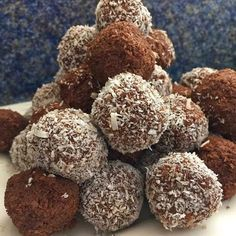 Easy Fudgy No Bake Chocolate Snowballs a. Soft chocolate fudge balls with the goodness of oatmeal and coconut. Rock Recipes, Sweets Recipes, Candy Recipes, Baking Recipes, Cookie Recipes, Game Recipes, Coconut Recipes, Banana Com Chocolate, Chocolate Hazelnut