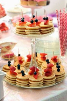 Pancake skewers are the perfect appetizers for a brunch party. - Pancake skewers are the perfect appetizers for a brunch party. Pancake skewers are the perfect appetizers for a brunch party. Wedding Reception Food, Brunch Wedding, Summer Wedding, Wedding Breakfast, Birthday Breakfast, Reception Ideas, Buffet Wedding, Food Ideas For Wedding, First Birthday Brunch