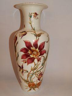 Nem használt, gyönyörű Zsolnay váza liliom mintával.  Méret: 34 cm magas, 12 cm felső, 8,5 cm talp átmérője, 46 cm körfogata.