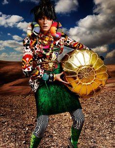 """No mais novo editorial da Vogue Britânica, o fotógrafo Mario Testino e a stylist Lucinda Chambers juntam forças e nos presenteiam com o belíssimo """"High Plains Drifter"""". Os shots maximalistas abusam das cores e padronagens, que vão do étnico ao… Continue Reading →"""