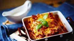 Wie gut das duftet! Schon lange bevor die Lasagne dampfend auf dem Tisch steht, zieht das feine Aroma durch die Küche. Wir verraten Ihnen ein klassisches Lasagne Bolognese Rezept sowie viele Variationen - unter anderem eine kalorienarme Version.