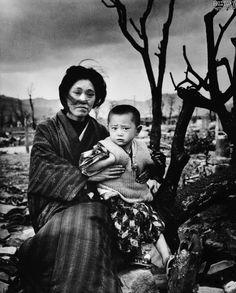 Японская женщина со своим сыном на фоне разрушенного города. Хиросима. Префектура Хиросима. Остров Хонсю. Японская империя. Декабрь 1945 года. Фотограф - Альфред Эйзенштадт