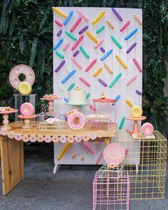 """142 curtidas, 1 comentários - Festinha Minha (@festinhaminha) no Instagram: """"Colorido e delicioso!! #Repost @mellobranco ・・・ Nossa mesa Donuts! Foi uma delícia usar este…"""""""