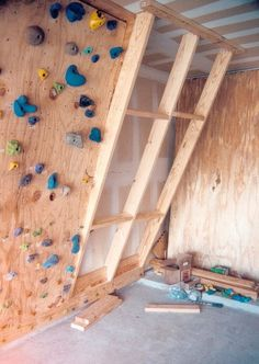 climbing wall outdoor / climbing wall _ climbing wall kids room _ climbing wall kids outdoor _ climbing wall outdoor _ climbing wall kids _ climbing wall indoor _ climbing wall diy _ climbing wall for kids Indoor Climbing Gym, Indoor Climbing Wall, Kids Climbing, Indoor Bouldering, Bouldering Wall, Home Gym Garage, Gym Room At Home, Rock Climbing Training, Home Gym Design