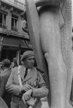 """Le 27 juillet 1944, la Gestapo exécutait cinq """"terroristes"""", parmi lesquels Francis Chirat, en représailles du plasticage du """"Moulin à vent"""". Quarante trois ans après, ils étaient nombreux à commémorer cet événement place Bellecour soit le 27 juillet 1987 #numelyo #WW2 #2GM #guerre Lyon, Bellecour, Place, Three Year Olds, Photography"""