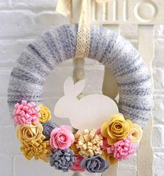 DIY felt easter bunny wreath with yarn // Húsvéti / tavaszi koszorú filc virágokkal fonalból // Mindy - craft tutorial collection // #crafts #DIY #craftTutorial #tutorial #YarnCrafts #KreatívÖtletekFonalból