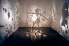 """""""Théâtre d'ombres"""", 1984 de Christian Boltanski- Dix-sept figurines en fil de fer, cartons, tissus suspendus à un portique, cinq projecteurs, un ventilateur, un transformateur."""
