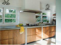 Maatwerk massief noten houten keuken met betonnen aanrechtblad, doorlopend in zijwanden en Pitt Cooking kookplaat - The Living Kitchen by Paul van de Kooi