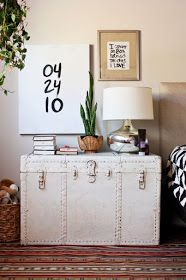 Michelle - Blog #Old and #charming #vintage #suitcases Fonte: http://eliseblaha.typepad.com/golden/2015/02/filling-up-walls-with-text.html