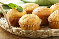 Here is a great muffin basic recipe for a quick dessert. Here is a great muffin basic recipe for a quick dessert. Healthy Breakfast Muffins, Protein Muffins, Breakfast Recipes, Vanilla Muffin Recipe, Healthy Dessert Recipes, Snack Recipes, Quick Dessert, Muffins Sains, Coconut Muffins