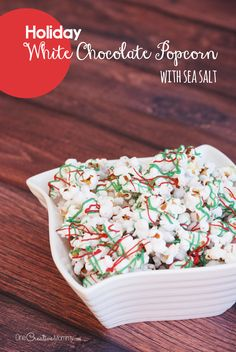 Make this amazing holiday white chocolate popcorn this Christmas! Chocolate plus a touch of sea salt equals deliciousness! No Salt Recipes, Fudge Recipes, Great Recipes, Dessert Recipes, Chocolate Recipes, Favorite Recipes, White Chocolate Popcorn, Hot Chocolate Bars, Christmas Desserts