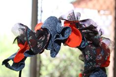 """tiara de """"flor"""" comrestos de tecido."""