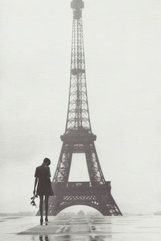 Twiggy au Trocadero by Gilles Caron, Paris, Mars Paris 3, I Love Paris, Rainy Paris, Paris Pics, Paris Pictures, Gilles Caron, Torre Eiffel Paris, Monochrom, The Places Youll Go
