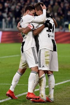 Mario Mandzukic Photos - Mario Mandzukic of juventus celebrates with team mates after scoring his sides second goal during the Serie A match between Juventus and SPAL at Allianz Stadium on November 2018 in Turin, Italy. SPAL - Serie A Ronaldo, Perfect Man, Football Players, Scores, Turin Italy, Couple Photos, Celebrities, Goal, November
