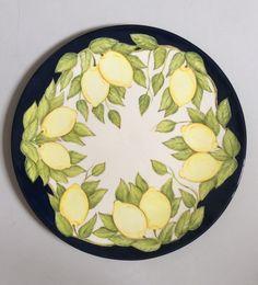 Prato feito em cerâmica e pintado a mão.