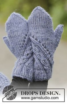 A royal embrace / DROPS - free knitting patterns by DROPS design The set includes: Knitted DROPS hat, collar scarf and mittens in eskimo with a structured pattern. Free patterns by DROP. Knitted Mittens Pattern, Knit Mittens, Knitted Gloves, Knitting Patterns Free, Knitting Socks, Free Knitting, Free Pattern, Fingerless Gloves, Drops Design
