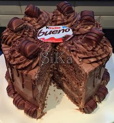 Kinder Bueno Chocolade Taart | Kinder Bueno Chocolate Cake | Ramadanrecepten.nl Chocolate Shop, Chocolate Pies, Cake Cookies, Cupcake Cakes, Cupcakes, Cake Recept, Homemade Birthday Cakes, Cakes For Boys, Sweet Cakes
