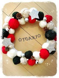 大きさの違う毛糸玉を繋いだクリスマスリース。星やパールのパーツを散りばめて、キラキラの仕上がり♪