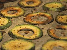 Für die richtige Auswahl an Snacks für den nächsten Serien- oder Filmabend ist ab jetzt gesorgt: Diese leckeren Avocado-Chips sind schnell gemacht und können mit einer Vielzahl von Gewürzen aufgepeppt und verfeinert werden.