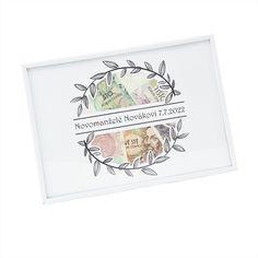 Originální způsob, jak darovat peníze. Místo nudné obálky můžete peníze vložit do fotorámečku s výřezy, pod kterými se ukrývají bankovky. Následně lze rámeček využít na fotky, nebo koláž fotek o rozměru A4. 7 And 7, Origami, Christmas Cards, Presents, Display, Party, Diy, Wedding Ideas, Weddings