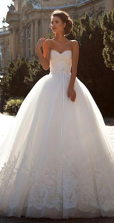 Alluring Tulle Sweetheart Neckline Ball Gown Wedding Dresses With Lace Appliques