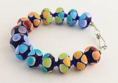 Deze prachtige glazen kralen armband, is een leuke en opvallende verklaring stuk. Alle kralen en sieraden zijn handgemaakt met liefde door mij en zure geëtst voor een matte afwerking. Deze parels zijn niet gemaakt om te worden trots kralen, maar zeker als zodanig kunnen worden gedragen.