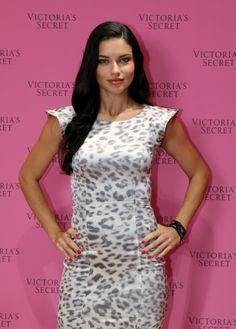 """A modelo brasileira Adriana Lima participa do lançamento do """"Victoria's Secret Fantasy Bra"""", sutiã que vale 10 milhões de dólares, em loja da Victoria's Secret no Dubai Mall, nos Emirados Árabes - http://epoca.globo.com/tempo/fotos/2013/12/fotos-do-dia-16-de-dezembro-de-2013.html (Foto: Francois Nel/Getty Images for Dabo & Co)"""