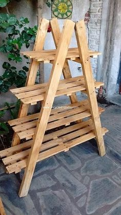 How beautifully this pallet planter stand has been designed out! This planter stand has been amazing put together into the designing with the pallet wood use where the creative shelving divisions is part of it and hence bringing the catchier effect in the Wooden Pallet Projects, Wooden Pallet Furniture, Small Wood Projects, Wood Pallets, Pallet Wood, Wood Pallet Planters, Pallet Benches, Outdoor Wood Projects, Pallet Couch