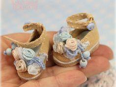 Украшаем миниатюрные туфельки для куклы в стиле шебби-шик: видеоурок - Кукольные нежности от Ариши - Ярмарка Мастеров http://www.livemaster.ru/topic/2297213-ukrashaem-miniatyurnye-tufelki-dlya-kukly-v-stile-shebbi-shik-videourok