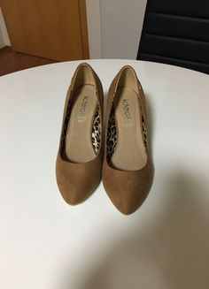 Krásné nové hnědé botičky na klínu