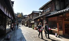 Kyoto Travel: Higashiyama District, one of the best preserved historic Japanese districts with classical Japanese architecture Kiyomizu Temple, Asia Travel, Japan Travel, Japan Trip, Great Places, Places To Go, Kyoto Travel Guide, Japan Guide