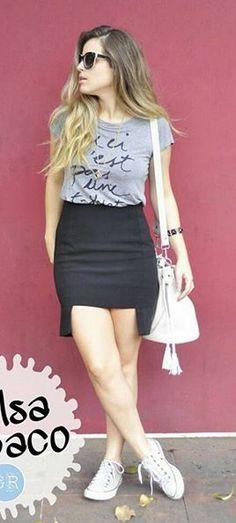Blusinha/ camiseta+ saia + Tênis