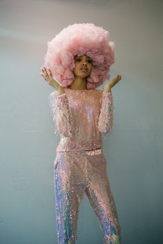 Pastel pink hair styled into an extra large afro design. Perfect pastel tones for Summer seventies Carwash themes and festival vibes. Fashion Art, Disco Fashion, Editorial Fashion, Fashion Design, Moda Disco, Look Hippie Chic, Viviane Sassen, Afro Wigs, Studio 54