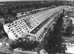 Modernist architect Neave Brown known primarily for his projects of the was awarded the Royal Gold Medal for Architecture by RIBA in October 2017 and passed Brutalist Buildings, Modern Buildings, London Architecture, Futuristic Architecture, Beautiful Architecture, Social Housing, High Rise Building, Exterior, Landscape